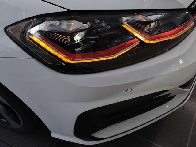 New Golf GTI  DCC・18インチホイール・ 純正インフォメントシステム・ETC・LEDヘッドライト装着車【登録済み未使用車】の画像3
