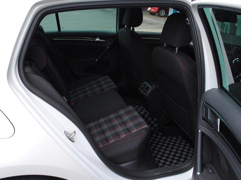 GOLF GTI DCCパッケージ・18インチホイール・純正ナビ(Discover Pro)・バックカメラ・ETC・キセノンヘッドライト・有償ボディカラー装着車の画像4